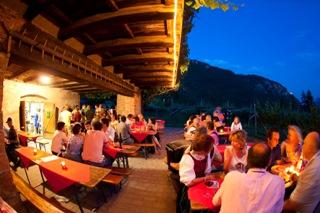 Südtiroler Weinbauern feiern den Rebensaft