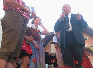 Südtirols Landeshauptmann Luis Durnwalder beim Gassentörggelen in Klausen: Über solche Veranstaltungen könnten Touristen demnächst über Hotel-TV informiert werden, Foto: Heiner Sieger