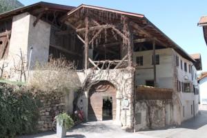 """Urig – das Äußere des Restaurants """"Zum Löwen"""" in Tisens erinnert an alte Bergbauernzeiten."""