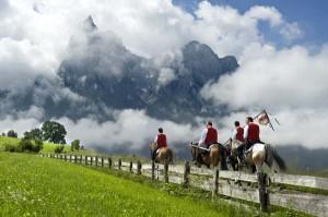 Noch hat der Nebel sich nicht aufgelöst, als die 36 Mannschaften - wie bei einem Trekkingritt - durch Felder und Fluren Richtung Kastelruth reiten. - Foto: Helmuth Rier