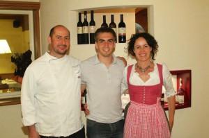 Christof Wörndle und Ehefrau Wally freuen sich über den Besuch von Fußballnationalspieler Philip Lahm.