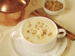 Eine nicht alltägliche Spezialität ist die Terlander Weißweinsuppe, die mit knusprigen Croutons serviert wird; Foto: Suedtirol.info