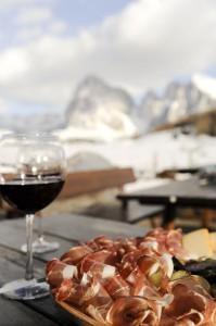 """Skifahren macht hungrig; was gibt es das Besseres als Südtiroler Speck und ein Glas """"Roten"""". - Seiser Alm Marketing/Laurin Moser"""