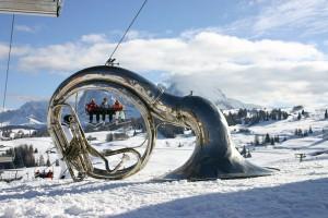 Ein Horn bläst den Skifahrern den Marsch. - Foto: Seiser Alm Marketing