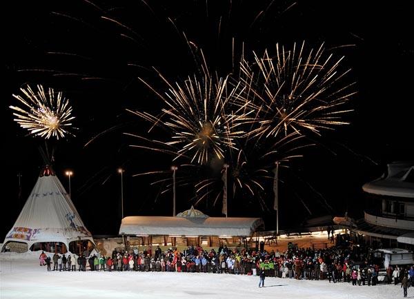 Die Night-Show in Obereggen mit Feuerwerk und Open-Air-Disco findet bei jung und alt großes Interesse. - Foto: Roberto Brazzoduro