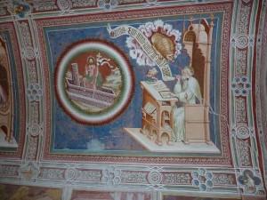 Im Kirchenraum von St. Helena deuten zahlreiche gut erhaltene Fresken und vier großflächige Bilder auf das Evangelium hin. - Foto: Herbert Pichler