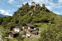 """Juvaler Hügel mit Oberortl-Hof und Schloss, Schauplatz des """"Juvaler Frühling""""; Foto Vinschgau Marketing"""