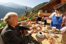 """Kräftigendes Bauernfrühstück auf der Terrasse eines Urlaubshof;  Foto """"Roter Hahn"""""""