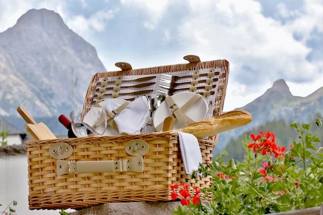 Neuer Sommertrend in Alta Badia: Gourmet-Picknick mitten in der Almwiese; Foto: Alta Badia
