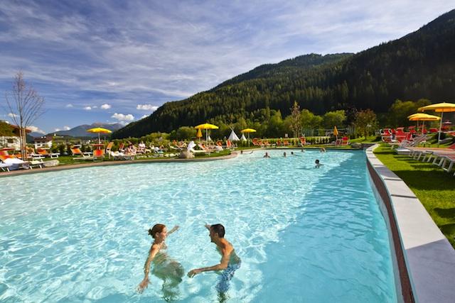 Das riesige Aussenschwimmbad garantiert viel Spaß für große und kleine Wasserratten.