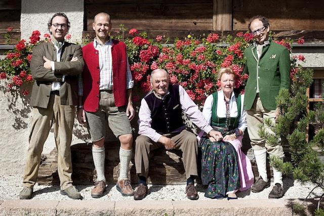 Zusammen mit seinen Brüder Markus und Matthias hat Michil Costa (in der Mitte die Eltern) 2007 die Costa Family Foundation ins Leben gerufen, Foto: La Perla