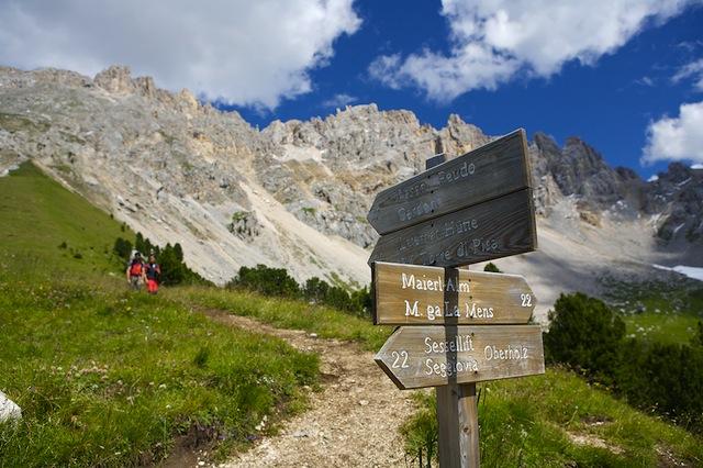 Je nach Kondition und Wanderlust kann man direkt von Obereggen Richtung Latemar-Hütte loslaufen; Obereggen AG; Fotograf: Guenther-Pichler