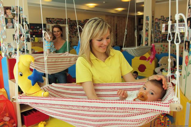 Ab dem Alter von etwa einem MOnat werden Babys auch im Linoland betreut, damit die Eltern Zeit für sich finden, Foto: Cavallino Bianco