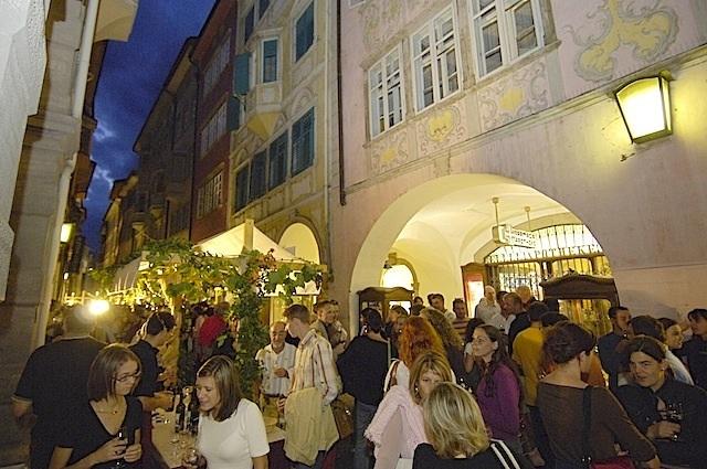 Bei der Lorenzi-Nacht präsentieren Bozens Winzer ihre Weine unter den historischen Laubengängen der Südtiroler Landeshauptstadt, Foto: Verkehrsamt Bozen