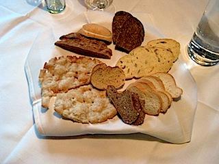 in authentischen Südtiroler Gasthäusern wie dem Falschauer Hof im Ultental wird als Vorspeise ein kleines Brotgedeck mit typisch Südtiroler Brotsorten serviert, Foto: Heiner SiegerFalschauer