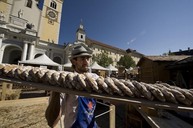 Brot so weit das Auge reicht: Szene vom Brixener Brotmarkt; Foto: EOS