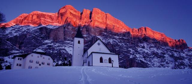 BAuf den letzten Schwüngen begleitet den Skifahrer in den Dolomiten oft die Enrosadira.