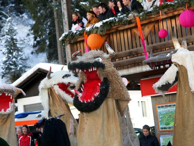In Welschnofen im Südtiroler Eggental haben die so genannten Schnappviecher jedes Jahr am Faschingsdienstag ihren letzten Auftritt, bevor der Frühling sie endgültig in den Sommerschlaf schickt. Bildnachweis: Eggental Tourismus/Daniel Mair Live-Style