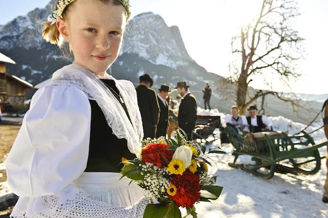 Höhepunkt des Spektakels ist der Hochzeitsumzug von St. Valentin nach Kastelruth; Foto: Seiser Alm Marketing