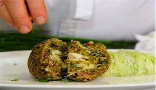 Typisches Südtiroler Gericht: Kaspress-Knödel aus Buchweizen, Foto: smg