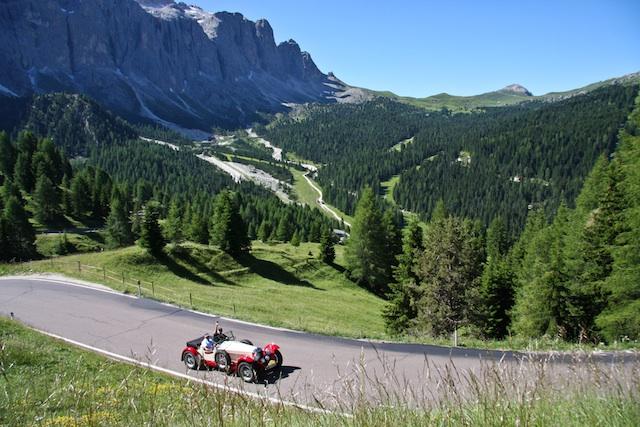 """""""Südtirol Classic""""-Teilnehmer bei der alljährlichen """"Dolomitenfahrt""""; Foto Tourismusverein Schenna"""