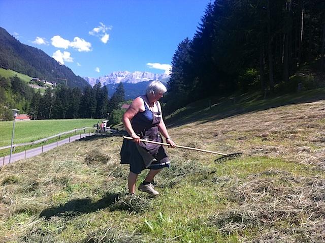 Nachhaltiges Wirtschaften hat Tradition in Südtirol: Bäuerin beim Heuen im Grödnertal, Foto: Heiner Sieger