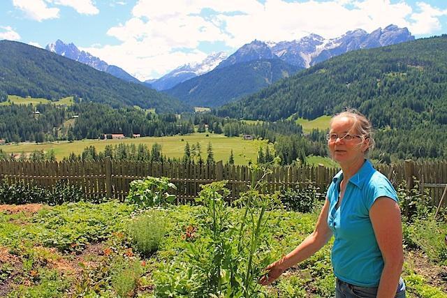 Maria Theresia Mayrhofer vom Untersteinhof im Südtiroler Pustertal kennt 300 Kräuter und deren Heilwirkung, Foto, Heiner Sieger