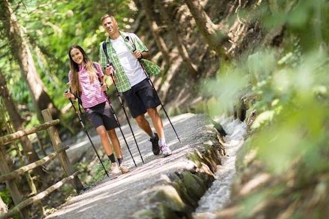 Wanderungen entlang von Waalen, die für Schenna typischen Bewässerungskanäle, sind auch für Senioren oder Kinder leicht zu bewältigen; Foto: Tourismusverein Schenna