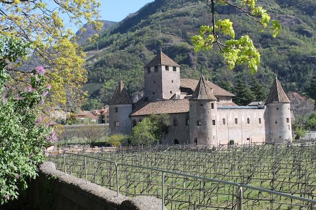 Schloss Maretsch: Herrliche Lage inmitten von Bozens Weinreben; Foto: Heiner Sieger