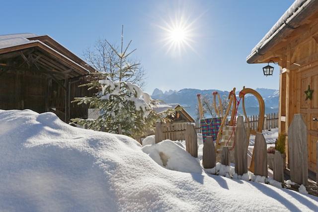 """Besonders im Winter laden Bauernhöfe wie der Prackfilder ein, um – flankiert von Südtirols schönsten Gipfeln – mal wieder zur Ruhe zu kommen. Foto: """"Roter Hahn""""/Frieder Blickle"""