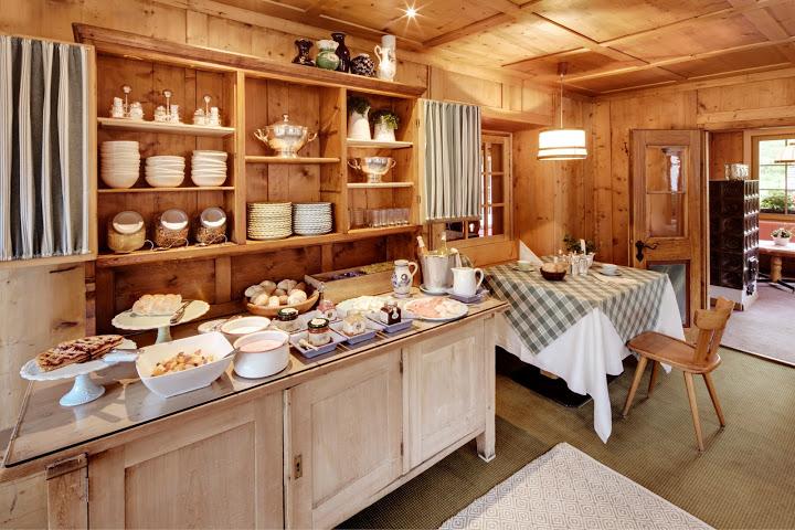 Das Frühstück ist gerichtet im Berghotel Ladinia, Foto: Heiner Sieger
