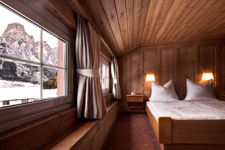 Die meisten Zimmer im Berghotel Ladinia bieten einen Blick auf den Sassongher, das Wahrzeichen Corvaras, Foto: Ladinia