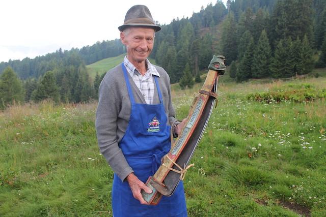 Altbauer Johann Dorfmann mit seiner antiken Sensenscheide, Foto: Heiner Sieger