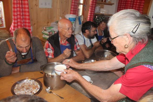 Bei der Feldthurner Bergwoche gibt es zum Frühstück traditionell Milch und Brocken, Foto: Heiner Sieger