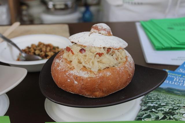 Südtiroler Spezialiät: Krautsalat im Brotteig, Foto: Heiner SIeger