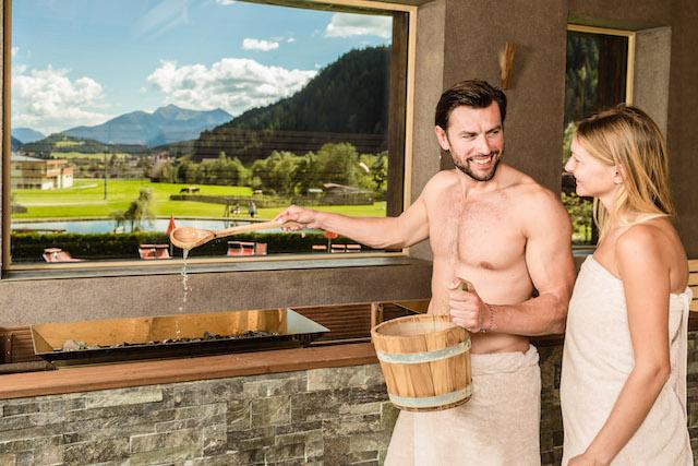 Panoramasauna im Hotel Schneeberg: Volle Sicht auf die Südtiroler Berge, Foto: Hotel Schneeberg
