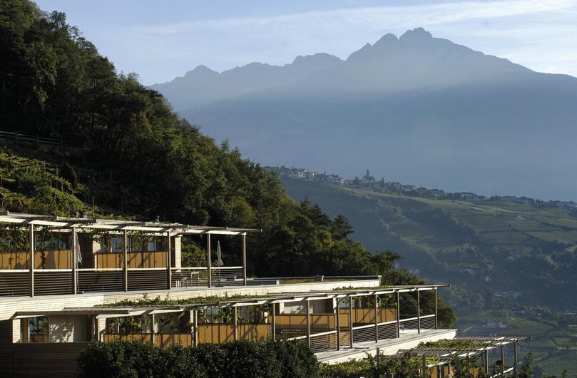 .Die Sonnenseite des Hotel Pergola Residence in Algund bei Meran wurde von Architekt Matteo Thun als Terrassenlandschaft konzipiert, die sich harmonisch in die Weinberge einfügt; Foto Suedtirol Markering, Helmut Riehr