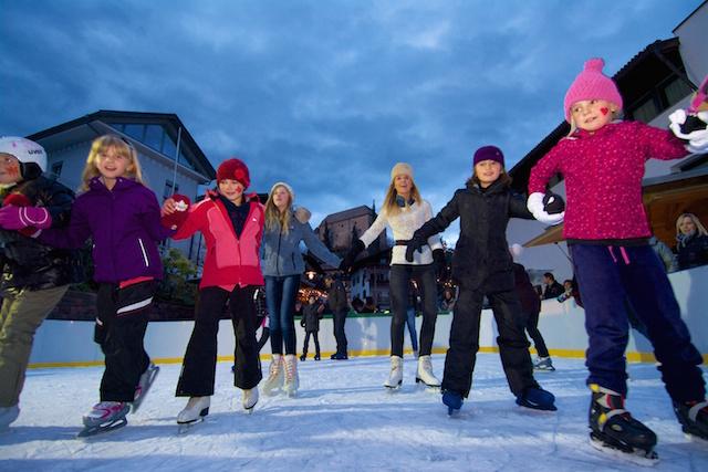 Am neuen Eislaufplatz im Zentrum von Schenna stehen Schlittschuhe für Groß und Klein zum Ausleihen bereit. Bildnachweis: Tourismusverein Schenna/Stefan Pircher