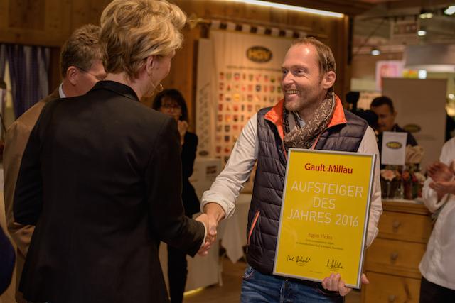 Freudestrahlend nimmt Aufsteiger des Jahres 2016 Egon Heiss die Glückwünsche von Martina Hohenlohe entgegen, Foto: Südtirol Marketing
