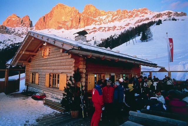 Sehr eng, aber sehr freundlicher Service und feine Küche bietet die Masarè-Hütte im Skigebiet Carezza, direkt unter dem Rosengarten, Foto: Heiner Sieger