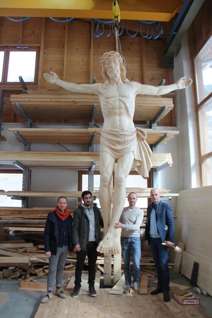 Stolz präsentiert man in der Werkstatt von Filip und Roberto Stuflesser ein großes Kruzifix aus Holz.