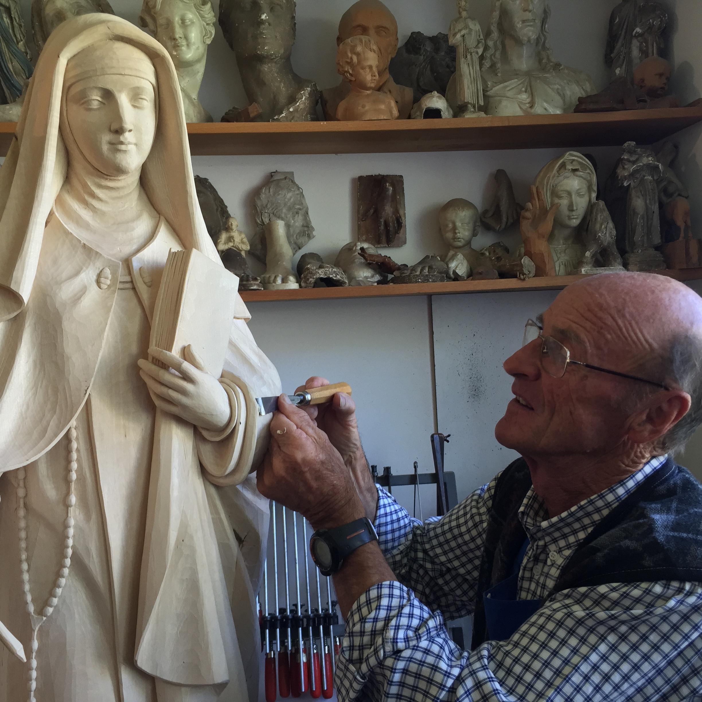Pius Malsiner mit der Holzstatue der Heiligen Theresa von Avila.