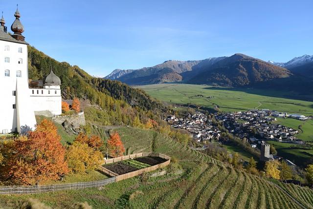 Das Benediktinerstift Marienberg mit seinem Weinbergen; Foto: Albin Thöni/schönessüdtirol.de