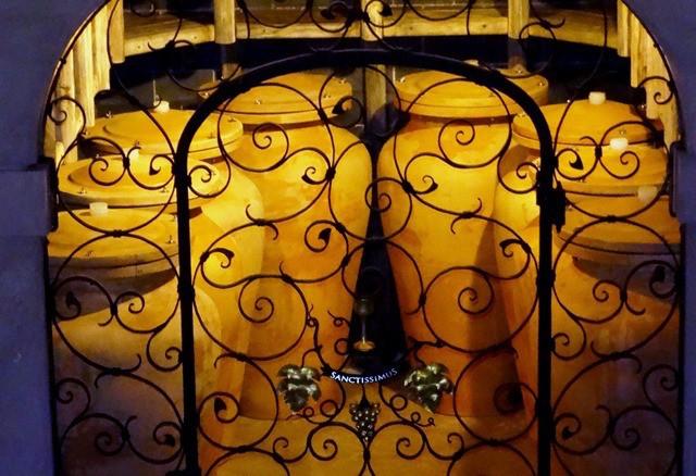 """Der neue Schatz im Weinkeller der Kellerei St.Pauls in Eppan: der Weißburgunder Sanctissimus"""", in Amphoren vergoren, Foto: Albin Thöni/schönessüdtirol.de"""