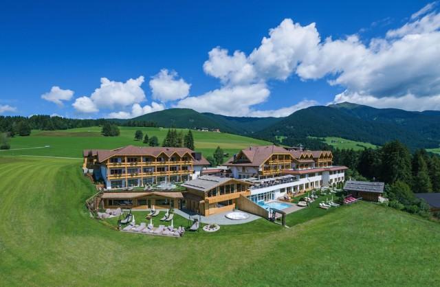 Hotel Alpen Tesitin liegt im Sonnendorf Taisten bei Welsberg auf einem weitläufigen, sonnigen Panoramaplateau, Foto: Belvita