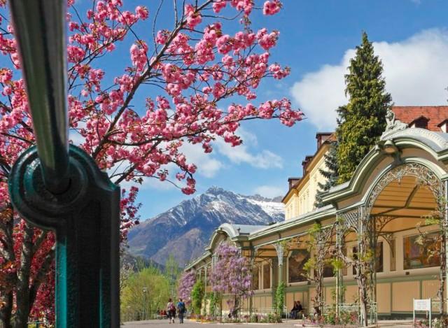 Wer im Frühjahr in Meran und den umgebenden Ortschaften Naturns, Schenna und Dorf Tirol zu Fuß unterwegs ist, kann sich nicht nur von Blütenduft, Bergpanorama und dem Wellenschlag von Passer und Etsch betören lassen; Foto Meraner Land