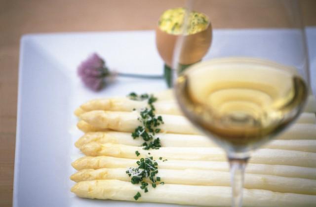 Bekannt sind die Terlaner Spargel, sie werden stechfrisch mit Bozner Sauce und Kartoffeln, Schinken und Parmesan serviert, dazu ein Glas trockener Weißwein; Foto: Frieder Blickle
