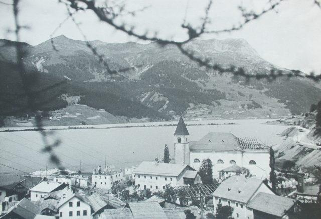 Am Turm im Reschensee finden Vinschgau-Urlauber ein Miniaturmodell, in dem das Dorf Alt-Graun nachgestellt ist. Foto: Ferienregion Reschenpass/Pfarrer Rieper