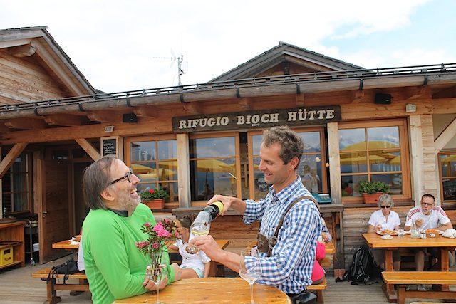 Auch die Ütia Bioch und Starkoch Norbert Nioederkofler (l.) sind mit vond er Tarie, Foto: Heiner Sieger/schoenessuedtirol.de