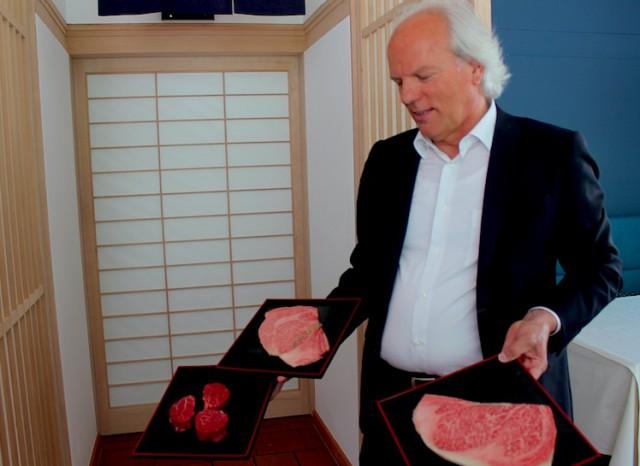 Otto Mattivi, Gründer und INhaber des Restaurants Hidalgo in Burgstall bietet seine Gästen feinstes Beef Tasting; Foto: Heiner Sieger/schönessüdtirol.de